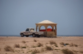 Oman, Al-Ashkharah_BeachResort_Picknick-Pickup-Schatten
