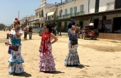 Spanien_Andalusien_Rocio_Wallfahrt_Pfingsten_FlamencoKleider_Frauen-Telefon