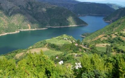 Fluss Drin, Fierze: Eine Fahrt mit der Autofähre auf dem Komanstausee zählt zu den schönsten Flussfahrten der Welt