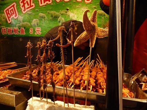 Mandchurei: Chinesische Feinkost bedeutet zu Essen was die Natur hergibt. Nicht nur Käfer und Heuschrecken