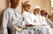 Oman-Nizwa-Waffenmarkt-Dolche-Maenner