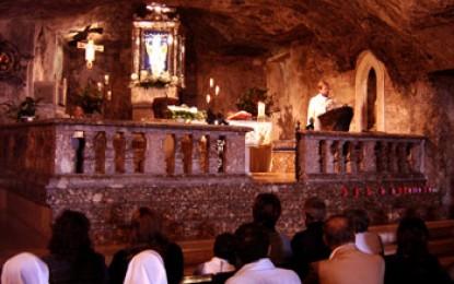 Gargano, Monte San Angelo: Höhlenaltar eines nicht konkurrenzlosen Erzengels