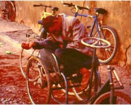 Behinderte und Obdachlose in den Großstädten Nordafrikas. Schlafen ist oft der Ausweg